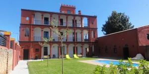 Situé dans la ville thermale de Santa Coloma de Farners, cet appart'hôtel attrayant occupe un bâtiment de style colonial datant du XIXe siècle. Offrant une vue panoramique sur la montagne, il dispose de 2 jolis jardins, d'une piscine extérieure et d'une connexion Wi-Fi gratuite.