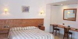 Cet hôtel élégant jouit d'une situation privilégiée dans le célèbre village de pêcheurs de Cadaqués, où a résidé Salvador Dalí, sur le superbe littoral de la Costa Brava. Vous apprécierez cette jolie station balnéaire, les édifices aux murs chaulés et les rues pavées placés dans le cadre d'une charmante colline.