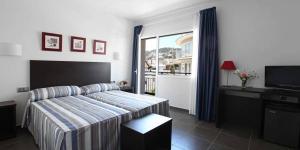 Vous accueillant dans le centre-ville de Tossa de Mar, à seulement 250 mètres de la plage Platja Gran, l'Hotel Marblau Tossa vous propose des chambres spacieuses et lumineuses, dotées d'un balcon ainsi que d'un ventilateur. Les chambres comprennent une salle de bains privative et un balcon.