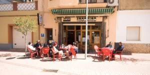 L'Hostal Juventus, qui propose des chambres sobres avec connexion Wi-Fi gratuite, se trouve à seulement 20 mètres de la plage de Portbou et à 5 minutes à pied de la gare. Il abrite un bar-café où vous pourrez déguster un petit-déjeuner continental.