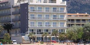 Situé en face de la plage Salatà à Roses, l'établissement Maritim propose une piscine extérieure avec une terrasse bien exposée. Toutes les chambres climatisées disposent d'une connexion Wi-Fi gratuite et d'un balcon.