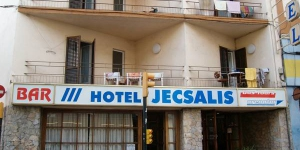 Situé à seulement 5 minutes à pied de la plage de Sant Feliu de Guíxols, l'Hotel Jecsalis dispose d'un restaurant et de chambres décorées avec simplicité. Vous profiterez d'une réception ouverte 24h/24 et d'une connexion Wi-Fi disponible gratuitement dans les parties communes.
