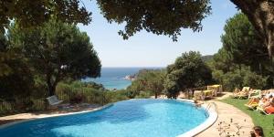 Ce paisible complexe d'appartements est installé près de la magnifique plage Santa Cristina sur la Costa Brava, au milieu d'un parc de 4,5 hectares. Profitez du soleil de la Méditerranée sur la plage de sable doré et baignez-vous dans une eau cristalline.
