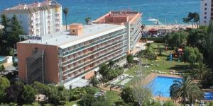 Le Surf Mar Hotel est situé sur la plage Fenals, dans un quartier calme, à 1 km de la ville animée de Lloret. Cet hôtel moderne possède une piscine extérieure, un bain à remous, des courts de tennis et un minigolf.