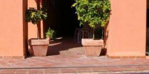 Situé dans le quartier juif de Castelló d'Empúries, ce manoir du XVIIIe siècle est un endroit unique pour un séjour sur la Costa Brava. Le bâtiment a été restauré en conservant les éléments architecturaux de l'époque et est classé monument historique.